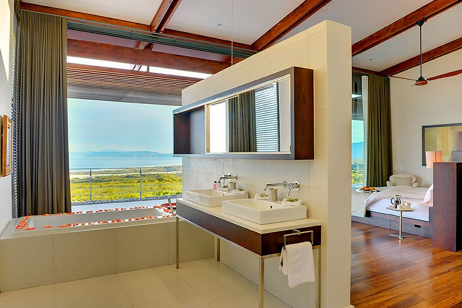 villa-open-plan-en-suite-bathroom-of-the-villa