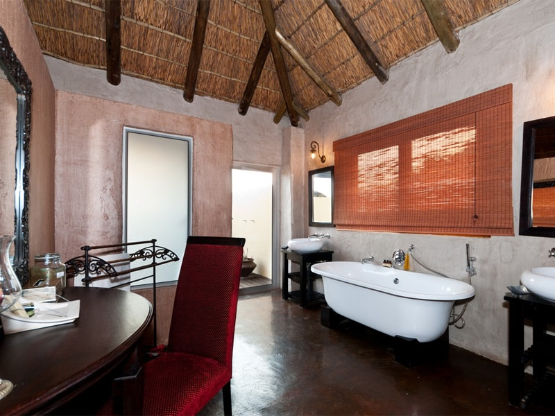 Addo_Eastern_cape_safari_accommodation_hlosi_game_lodge_bath1_Bathroom4_Regular-min