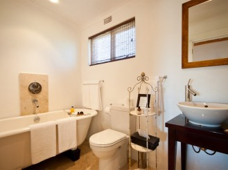 Amakhala_Game_Lodge_Leeuwenbosch_Country_House_Bathroom1_Regular