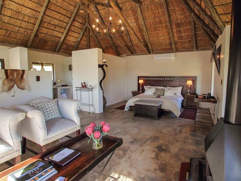 Amakhala_Game_Reserve_Bukela_Game_Lodge_Suite10_Regular-min