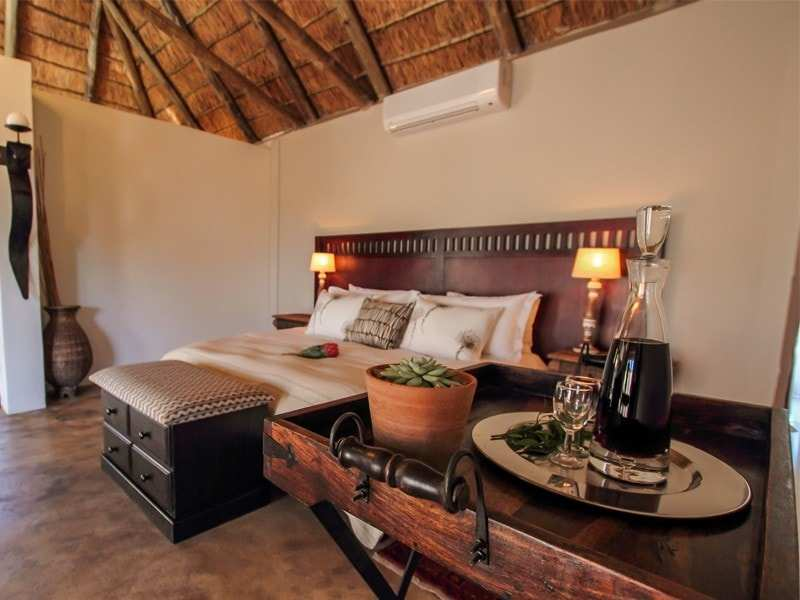 Amakhala_Game_Reserve_Bukela_Game_Lodge_Suite8_Regular-min